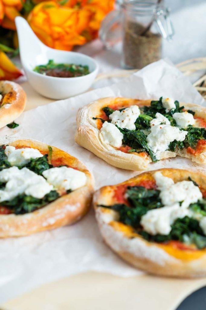Spinat Ricotta Pizza im Miniformat - einfaches gelingsicheres Pizzateig Rezept | Rezept auf carointhekitchen.com | #recipe #pizza #dough #teig #hefeteig