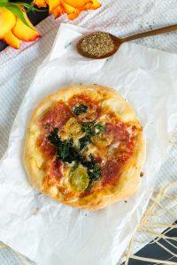 Spinat Ricotta Mini Pizzen - einfaches gelingsicheres Pizzateig Rezept | Rezept auf carointhekitchen.com | #recipe #pizza #dough #teig #hefeteig