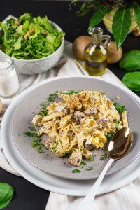 One-Pan-Pasta mit Champignons, Walnüssen und Ricotta   Cremige Pasta fertig in unter 10 Minuten   Creamy One-Pan-Pasta with Mushrooms, Walnuts and Ricotta   Rezept auf carointhekitchen.com   #pasta #schnell #einfach
