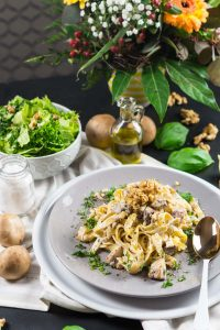 One-Pan-Pasta mit Champignons, Walnüssen und Ricotta | Cremige Pasta fertig in unter 10 Minuten | Creamy One-Pan-Pasta with Mushrooms, Walnuts and Ricotta | Rezept auf carointhekitchen.com | #pasta #schnell #einfach