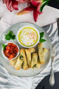 Feta Spinat Filoteig Rollen | schnell & einfach | Rezept auf carointhekitchen.com < #recipe #filo #pastry #crossover #snack #dinner #party #vegetarisch #spinat #feta #weichkäse