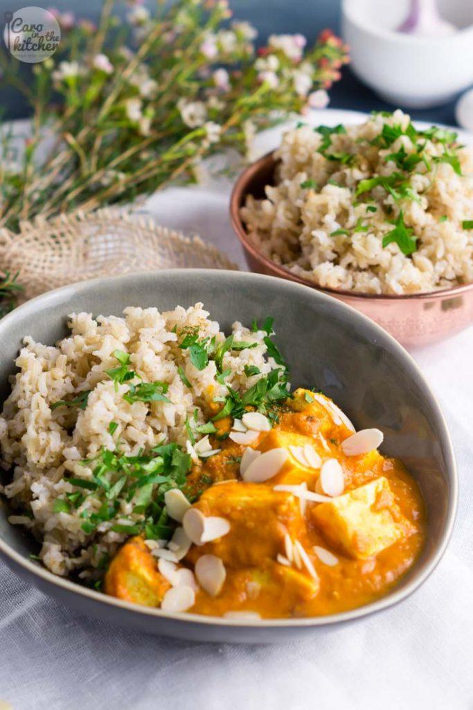 Paneer Korma, indisches würziges leckeres Curry mit Mandeln und Paneer (indischer Frischkäse) in einer Basis aus Gewürzen, Zwiebeln und Tomaten #rezept #recipe #indian #curry #paneer #korma