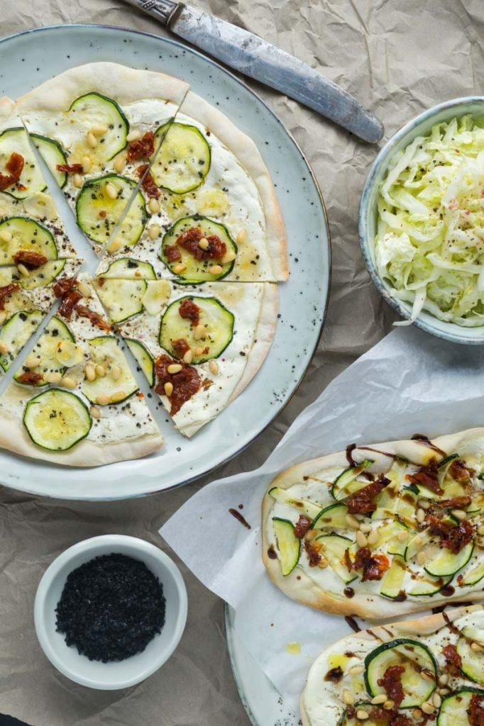 Knuspriger Flammkuchen mit Zucchini, getrockneten Tomaten und Pinienkernen | Rezept auf carointhekitchen.com | #vegetarisch #vegetarian #tarte #flambee #flammkuchen #einfach #lecker #schnell