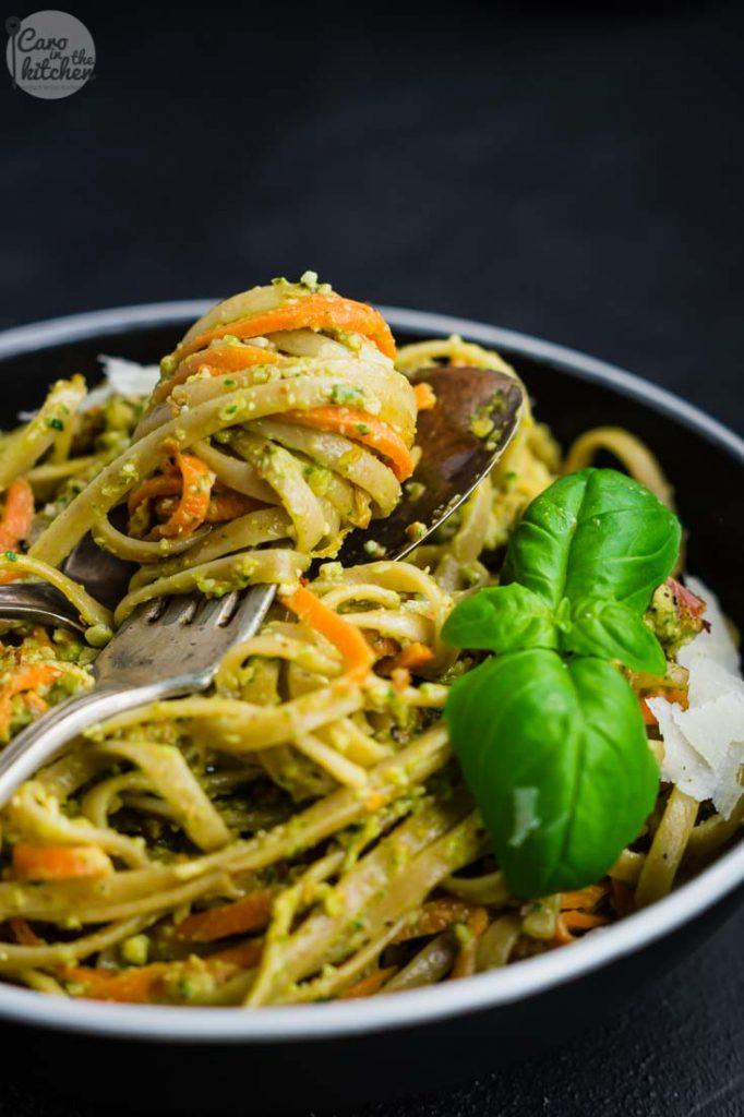 Pasta mit Möhren in Mandel-Pesto-Sauce | schnell & einfach | Rezept auf carointhekitchen.com | #vegetarisch #rezept #pasta #pesto #mandeln #tomaten