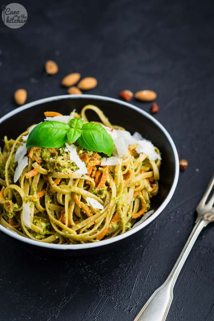 Pasta mit Möhren in Mandel-Pesto-Sauce   schnell & einfach   Rezept auf carointhekitchen.com   #vegetarisch #rezept #pasta #pesto #mandeln #tomaten